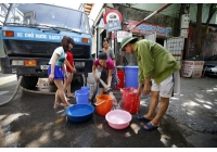 """Chen chân """"cầu viện"""" nước sinh hoạt sau sự cố vỡ đường ống"""
